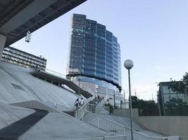 grand bâtiment bleu à rostov am don city, vue de dessous photo