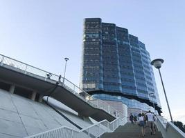 grand bâtiment bleu à rostov am don city. vue de dessous photo