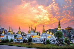 vingt pagodes temple est un temple bouddhiste dans la province de lampang, thaïlande photo