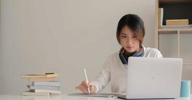 jeune étudiant regardant une leçon en ligne photo