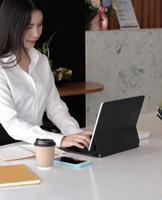 portrait de jeune femme d'affaires à l'aide d'un ordinateur portable photo
