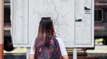 asain femme regardant la carte photo