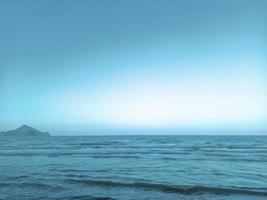 paysage de mer et de montagnes avec un dégradé de bleu photo