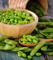 fèves de soja vertes dans le bol en bois sur la table photo