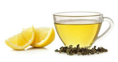 verre de thé au citron sur fond blanc photo