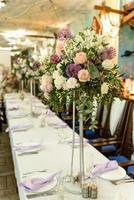 belles compositions florales au restaurant pour la cérémonie de mariage photo
