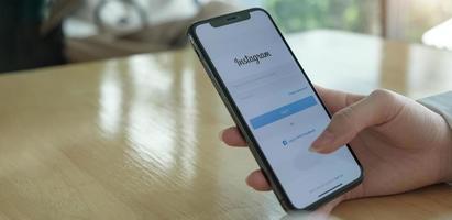 Woman holding apple iphone x avec application instagram sur l'écran photo