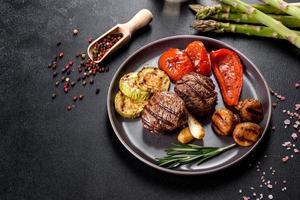 savoureux médaillon de bœuf au four avec légumes, champignons et épices photo