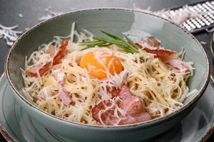 pâtes à la carbonara. spaghetti au bacon, oeuf, persil et parmesan photo