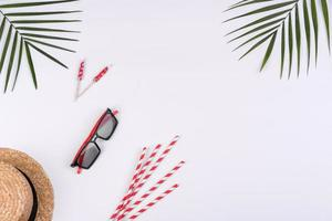 accessoires de plage, lunettes et chapeau avec coquillages et étoiles de mer sur fond coloré photo