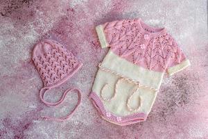 vêtements tricotés en fils de laine naturelle pour un nouveau-né photo