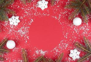 décorations rouges de noël, branches de sapin sur fond rouge photo