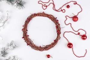 cadeaux, branches de sapin, décorations rouges sur fond blanc photo