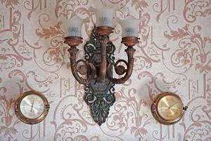 fond vintage avec une belle applique et des baromètres sur le mur photo