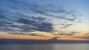 coucher de soleil lumineux coloré sur le fond du paysage marin photo