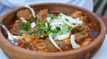 ragoût de bœuf salé abkhaze dans des plats d'argile photo