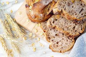 délicieux pain frais sur fond de marbre. mode de vie alimentation saine. photo