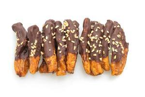Enrobage de chocolat à la banane séchée au soleil ou au chocolat trempé à la banane isolé sur fond blanc photo