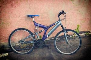 vieux vélo contre le mur photo