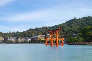 Torii flottant du sanctuaire d'Itsukushima à Hiroshima, Japon photo