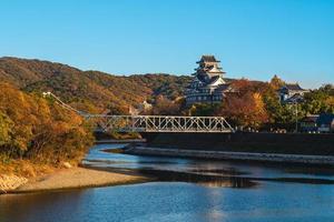 château d'okayama, alias ujo ou château de corbeau, au bord de la rivière asahi au japon photo