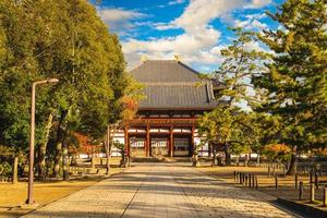 porte du milieu de todaiji, grand temple oriental, à nara, japon photo