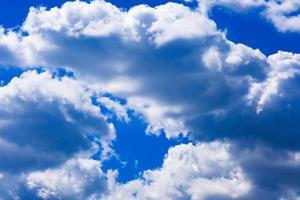ciel bleu profond avec des nuages blancs photo