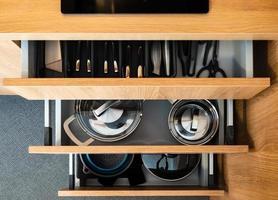 boîte de cuisine avec couverts. cuillères, fourchettes, couteaux, casseroles. photo