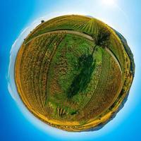 planète d'automne. des vallées ensoleillées, des montagnes et une variété de couleurs automnales. alsace, france. photo