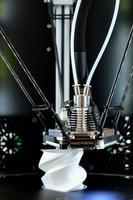 Imprimante 3D pendant le processus de travail. nouvelle technologie d'impression. photo