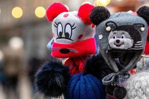 chapeaux pour enfants tricotés colorés avec différents visages d'animaux. photo