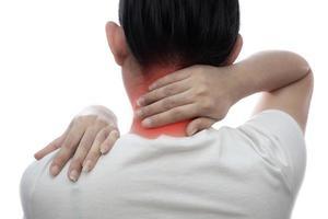 Jeune femme asiatique souffrant de douleurs au cou et à fond blanc photo