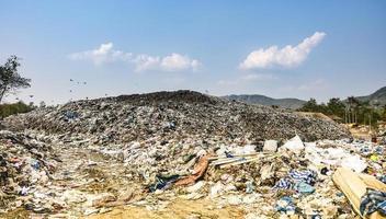 montagne polluée gros tas d'ordures et pollution photo