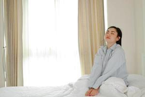 les femmes asiatiques se réveillent sur un lit dans la chambre photo