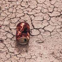 vieille boîte rouillée sur le sol du désert, réchauffement climatique photo