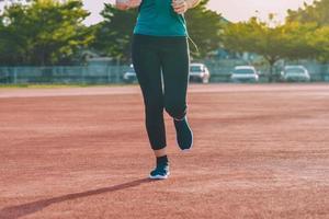 femmes de coureur faisant du jogging ou courant le soir au soleil photo