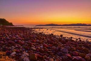 paysage plage vue lever de soleil sur fond de soirée à sattahip chon buri thaïlande photo
