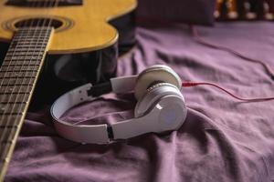 casque et guitare classique au lit photo
