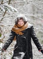 jeune fille dans une forêt enneigée photo