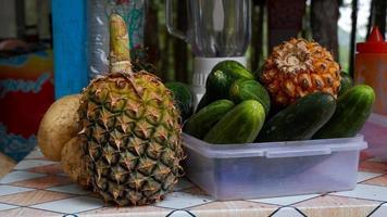 photos de certains des fruits qui serviront de salade