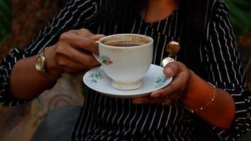 une tasse de café noir dans une tasse en céramique blanche ivoire photo