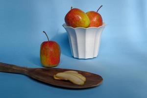 une pomme fendue avec un fond bleu, une photo parfaite pour un flogger alimentaire