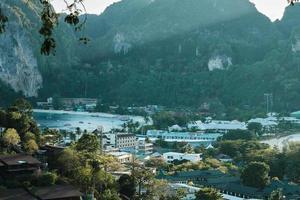 vue aérienne des montagnes de l'île de phi phi en thaïlande. photo