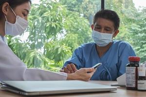 femme médecin asiatique contrôle sain d'un patient. photo