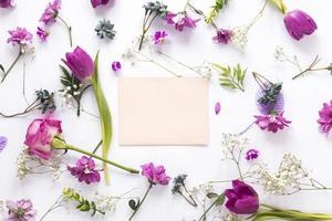 fleurs violettes avec du papier sur fond blanc photo
