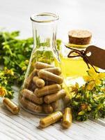 st. millepertuis, pilules médicales à base de plantes photo