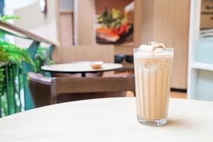 café expresso mélangé sur table dans un café-restaurant et un restaurant photo