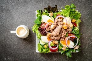thon avec salade de légumes et oeufs photo
