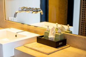 bouteille de pompe de savon ou de lotion dans la salle de bain photo