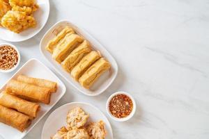 taro frit, maïs, tofu et rouleaux de printemps avec sauce - style végétalien et végétarien photo